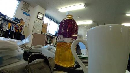 ジャスミン茶ボトルが視界を塞ぐ
